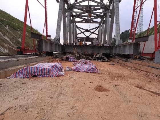 2020年8月17日兴泉铁路兴泉大桥钢梁连续平移使用连续顶平移施工现场
