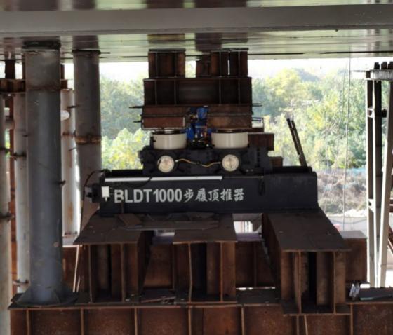 西安国际港务区杏渭路跨绕城高速连接锦堤六路桥梁工程第三联钢箱梁步履式顶推施工现场