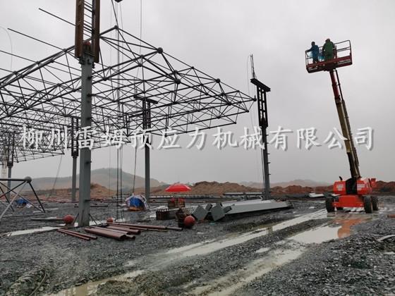 2020年3月11日,江西宜春网架提升,采用了我公司数控提升泵站、控制系统、液压提升千斤顶。