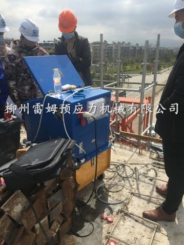2020年3月30日,中国中铁一局浙江义乌市金义东项目部城市轻轨建设,采用了我公司CZB2×2-600A智能张拉系统、LMCJS自动上料大循环智能压浆机、穿心式液压千斤顶。