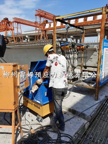 2020年5月22日,湖北省武汉市桥梁施工项目部,采用了我公司CZB2×2-600A智能张拉系统、穿心式轻型千斤顶。