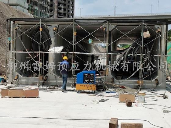 2020年6月29日,重庆巴南区管廊桥梁施工项目部,采用了我公司CZB2×2-600A型智能张拉系统、张拉千斤顶。