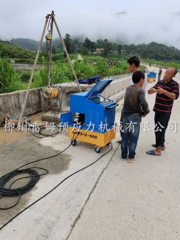 2020年7月6日,福建省福州市闽侯县孔元村桥桥梁施工项目部,采用了我公司CZB2×2-600型智能张拉系统、穿心式轻型千斤顶。