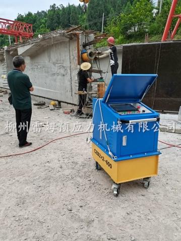 2020年7月12日, 重庆云阳县龙普公路桥梁施工项目部,采用了我公司CZB2×2-600型智能张拉系统、穿心式轻型张拉千斤顶。