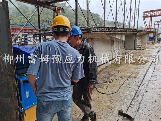 2020年8月25日,思澜高速1-1工区二号梁板厂桥梁施工项目部,采用了我公司CZB2×2-600A智能张拉系统、穿心式智能千斤顶。
