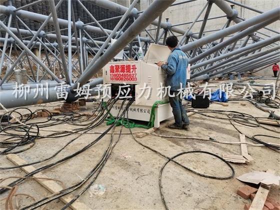2020年10月24日, 四川瑞彪空间结构建筑有限公司成都双流靶场网架反转提升,采用了我公司CPDY7-4D数控提升泵站5台、TS120D-300数控提升千斤顶20台、TSC40-4D数控提升系统1套。