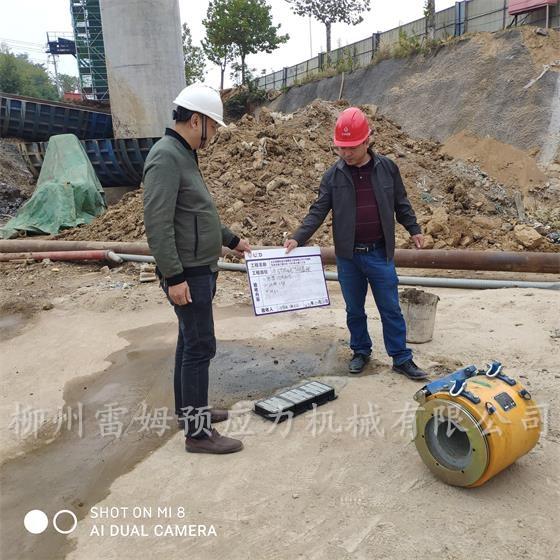 2020年11月2日,北京城建轨道交通建设工程有限公司南京至句容城际轨道交通工程施工总承包DS6-TA01-3工区梁场,采用了我公司CPZB2×4-600智能张拉系统、LMCJS自动上料大循环智能压浆机、CYCW350C-200穿心式智能张拉千斤顶。