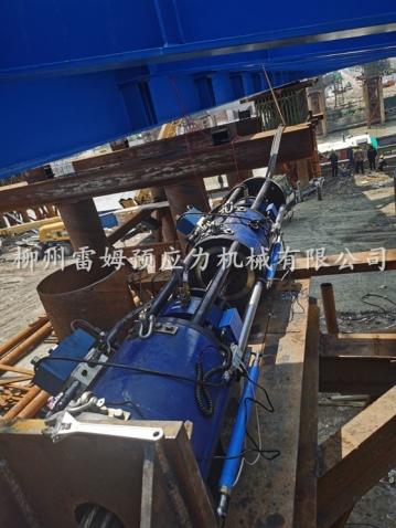 2021年5月4日,江苏百崮钢结构工程有限公司江苏省镇江市丹阳市云阳大桥连续牵引,采用了我公司LS200D-300数控连续千斤顶2台、LSDY14-1D连续牵引液压泵站2台、控制系统1套。